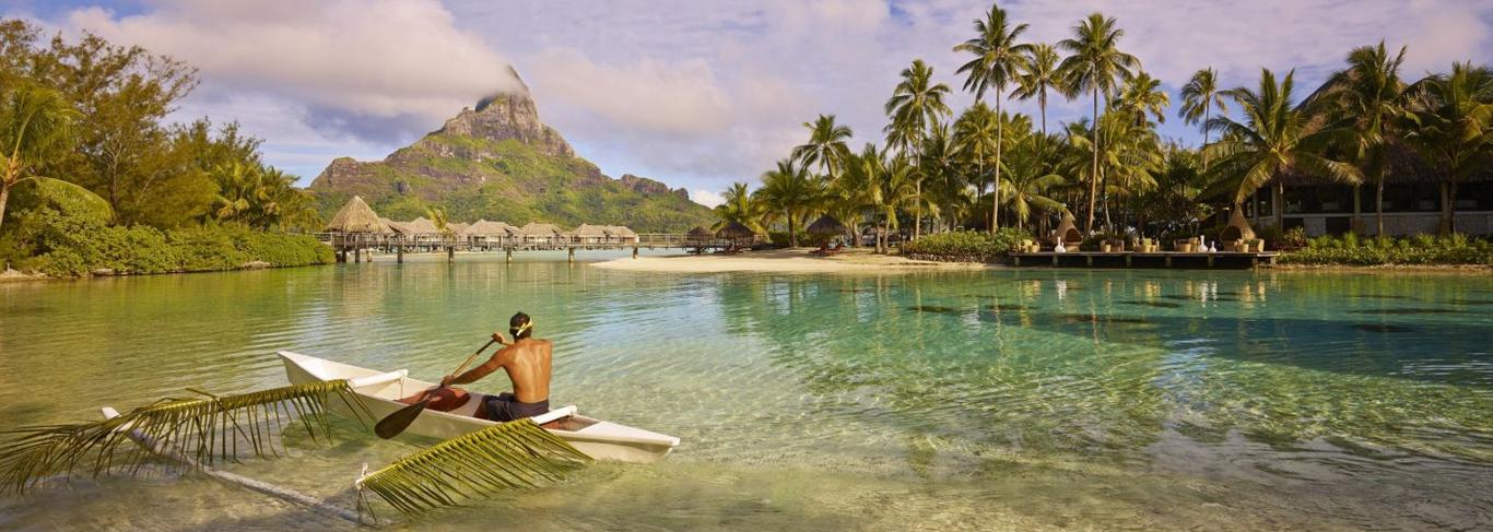 Polynésien sur une pirogue