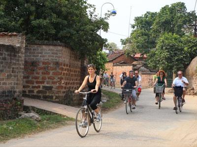 Visite du village de Duong Lam à vélo