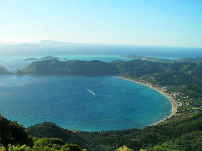 Plage d'Agios Georgios (Dr.K. / Wikimedia Commons)